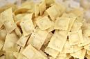 Aux Pâtes Fraîches Nîmes fabrique et vend des pâtes fraîches maison dans sa boutique-atelier du centre-ville. Ici des raviolis maison (® SAAM-Fabrice Chort)