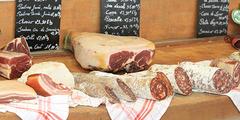 Charcuterie Nîmes avec jambons, saucissons....et autres salaisons (® SAAM-Fabrice Chort)